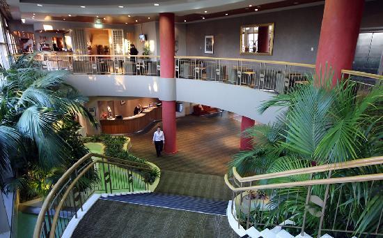 Mercure Sydney Parramatta: Lobby and Mezzanine Level