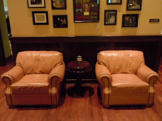 Ruth's Chris Steak House: お店入口のソファーです。店内の雰囲気はとても良いです。