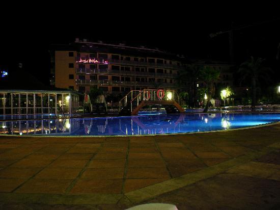 Aparthotel Costa Encantada: Piscina del Hotel por la noche 1
