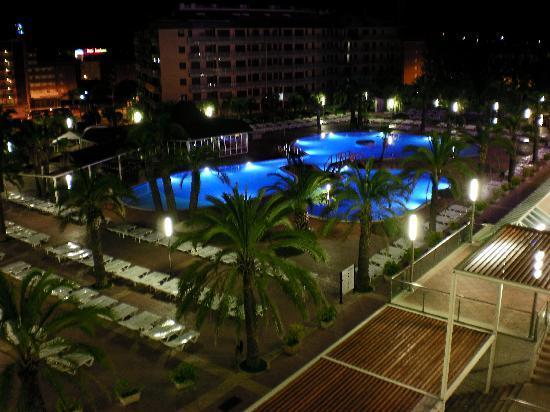 piscina del hotel por la noche 2 picture of aparthotel costa encantada lloret de mar. Black Bedroom Furniture Sets. Home Design Ideas
