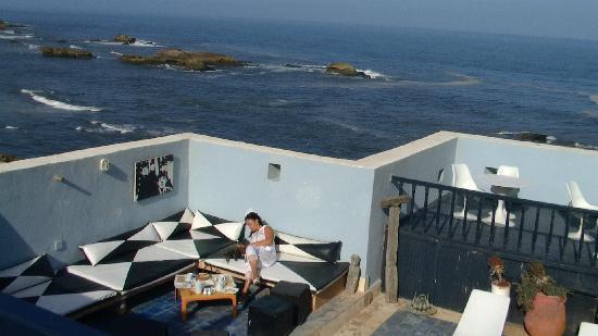 La maison des artistes: la terrasse sur les toit surplombant l'océan
