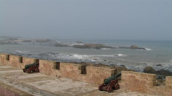 La maison des artistes: la vue depuis ma chambre : les fortifications avec ses canons puis l'océan.... on se sent protég