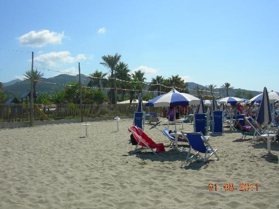 Villaggio le Palme: parco giochi visto dalla spiaggia collegata