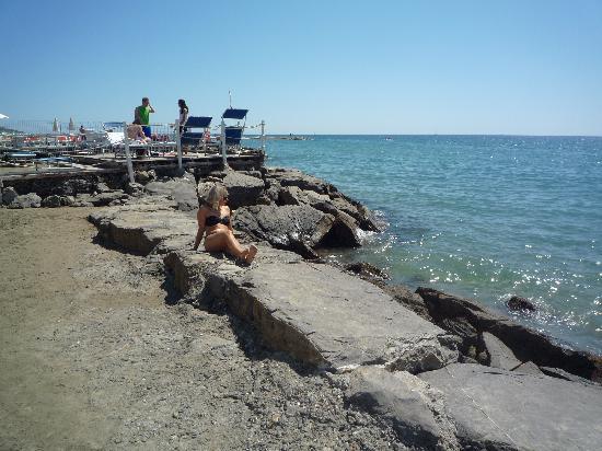 Hotel Splendid: gli scogli al bordo della spiaggia