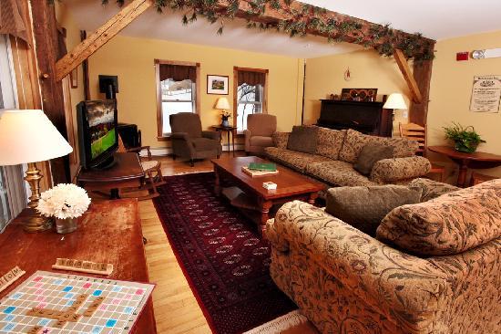 Yellow Farmhouse Inn : The living room