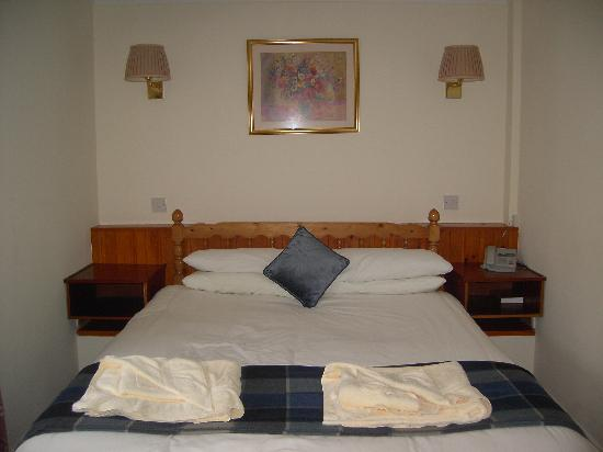 Castlebay Hotel: hairs on bedding