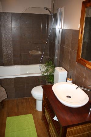 Chambres d'hotes Le Moulin: salle de bains tous les matins du monde