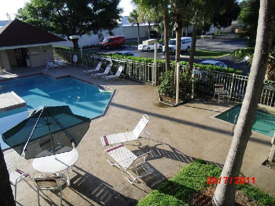 Red Roof Inn Kissimmee - Lake Buena Vista South : The pool area with the spa