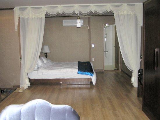 B & Beach Tourist Hotel: View towards bed