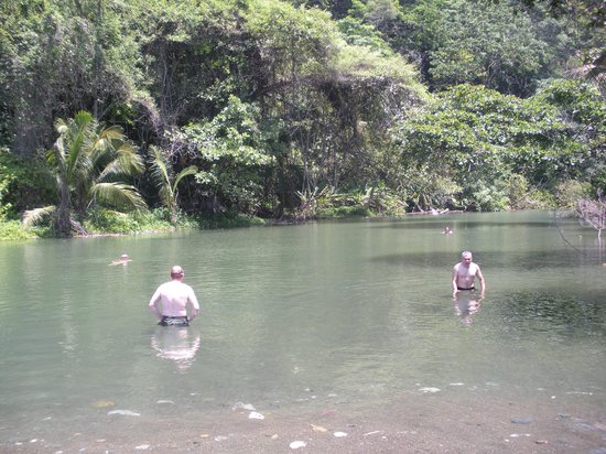 La Leona Eco Lodge: Cool swimming hole a short hike from the lodge