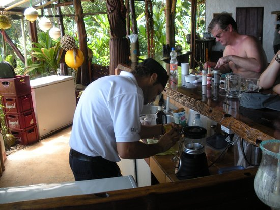 La Leona Eco Lodge: friendly bartender makes refreshing blender drinks