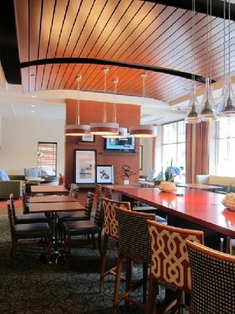 Hampton Inn Portland Downtown - Waterfront: Breakfast and lounge area