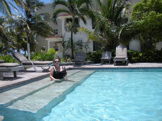 Belize Tradewinds Paradise Villas: relaxing at the pool