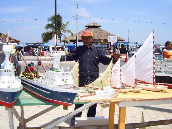 Playas, Ecuador: Artesanías en el Malecón de Gral. Villamil
