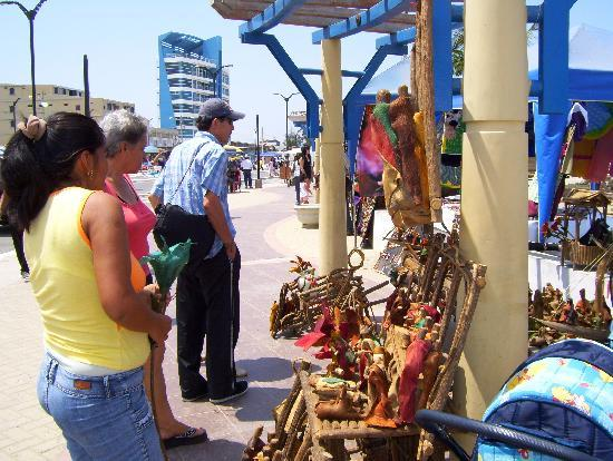 """General Villamil Beach: Artesanías, realizadas con un arbusto del sector """"El Muyuyo"""""""