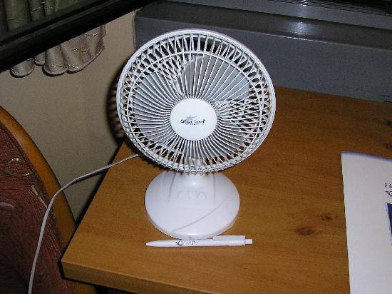 Zur Post Hotel: Mirad el tamaño del ventilador comparado con el bolígrafo. Seguro que lo compraron en los Chinos