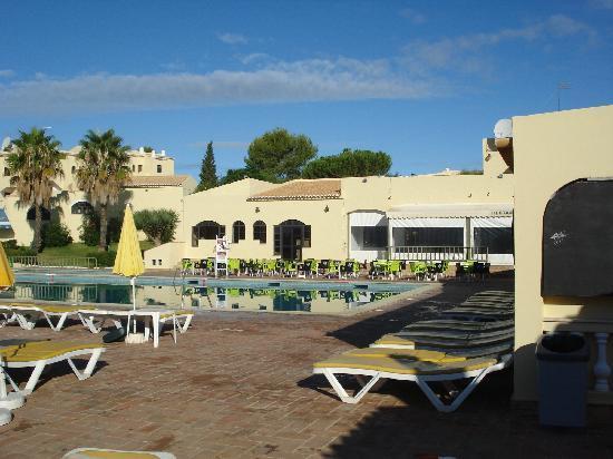 Luna Clube Brisamar: Clube Brisamor Alvor - view of pool bar/restaurant
