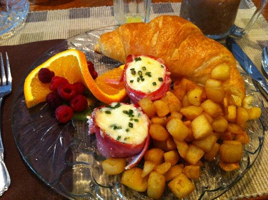 Vineyard Estate Bed and Breakfast: Our first breakfast