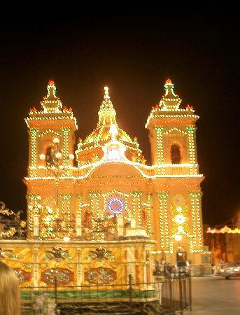 Xaghra, Malta: Town church lit up for fiesta