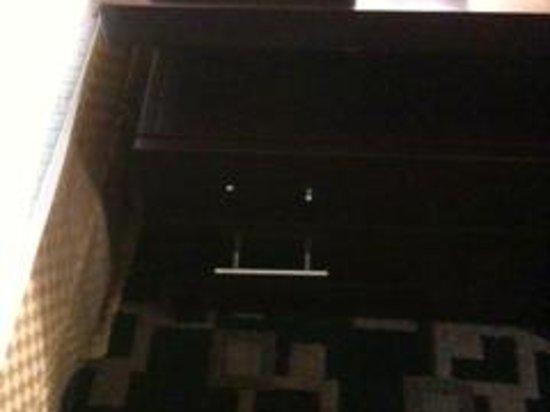La Quinta Inn & Suites Big Spring : Missing & broken handles