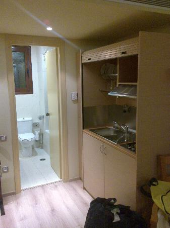Efplias Hotel: zona cucina annessa al bagno