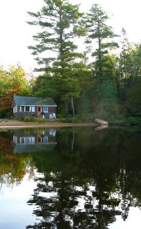Parkway Cottage Resort & Trading Post: View of Cottage 7 from the lake