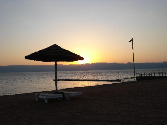 Grand Swiss-Belresort Tala Bay, Aqaba: cocher du soleil sur la mer rouge