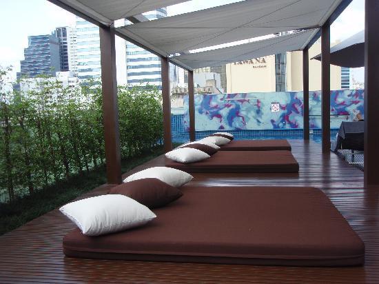 โรงแรมเลอ เมอริเดียน กรุงเทพ: プールサイド