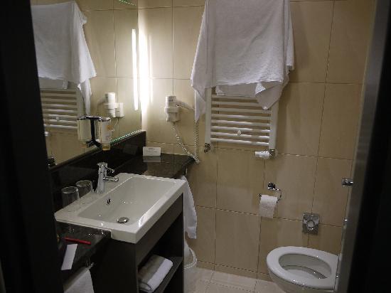 IntercityHotel Berlin-Brandenburg Airport: bathroom