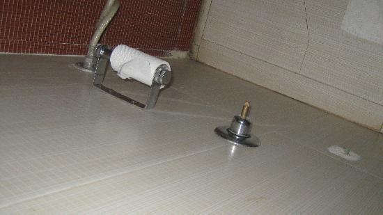 Hotel 42 Amritsar : broken bathroom accessories