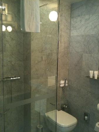Nobis Hotel: Separate Shower in the bathroom