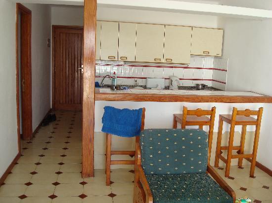 Los Pueblos Apartments: kitchen+ livingroom