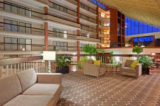 Holiday Inn Oakville Centre: Atrium Lobby