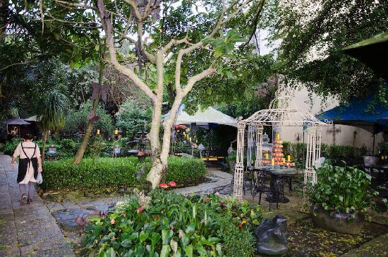 Full House Resort Hotel: garden