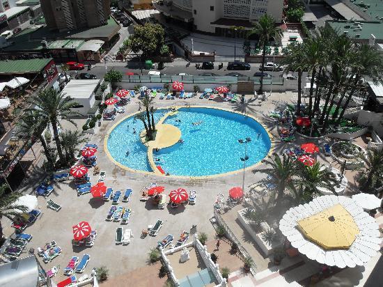Hotel Marina Resort Benidorm: another shot of the pool area