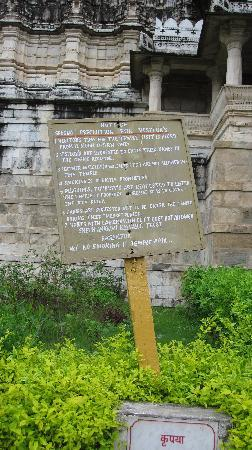 วัดเชน รานัคปุระ: sign with the rules for visitors