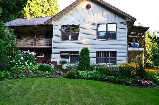 Harrison Hot Springs Bed And Breakfast South Garden