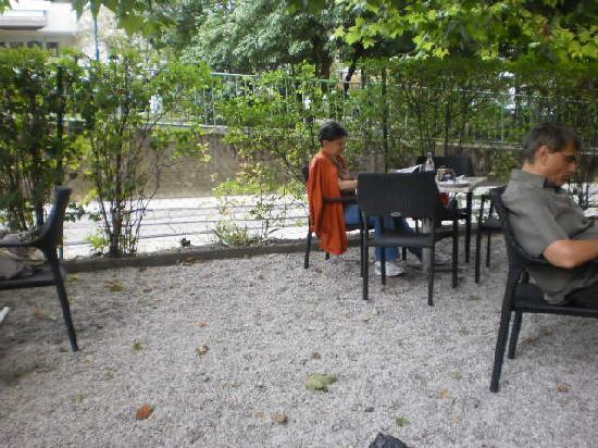 Gasthaus zur Zahnradbahn: Mesas al aire libre en una hermossa glorieta arbolada