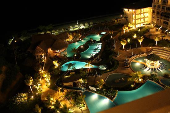 Sheraton Bijao Beach Resort: Vista nocturna piscinas