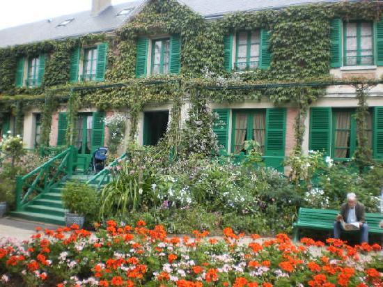 Frente de la casa de monet foto di casa e giardini di claude monet giverny tripadvisor - Giardini di casa ...