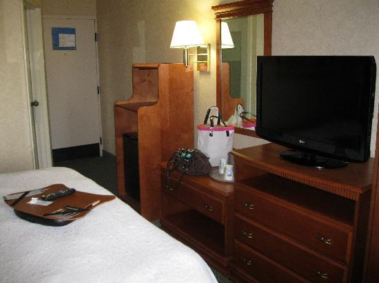 Wingate by Wyndham Greenville: TV, dresser and mirror at the foot of the bed