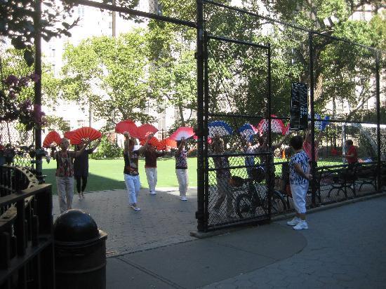 فندق ملبري: morning exercises in the park