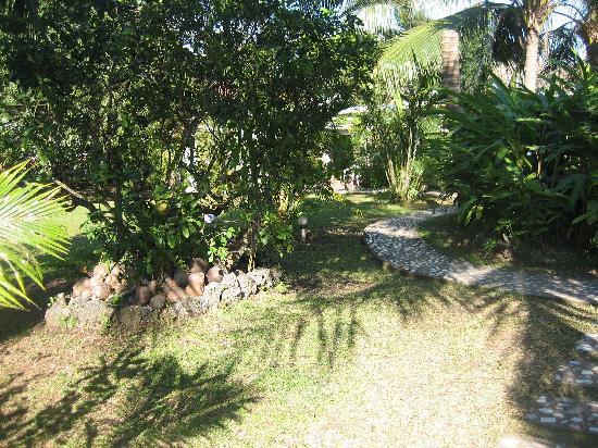 Vila Hibiscus Motel: Vila Hibiscus gardens