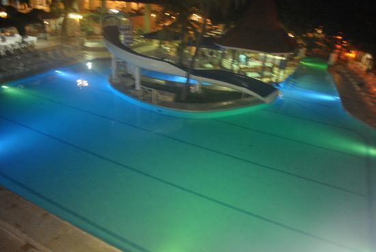 Hotel Las Américas Casa de Playa: Pool light at night