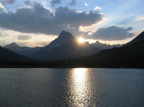 Many Glacier Lodge: Sunset on Swiftcurrent Lake