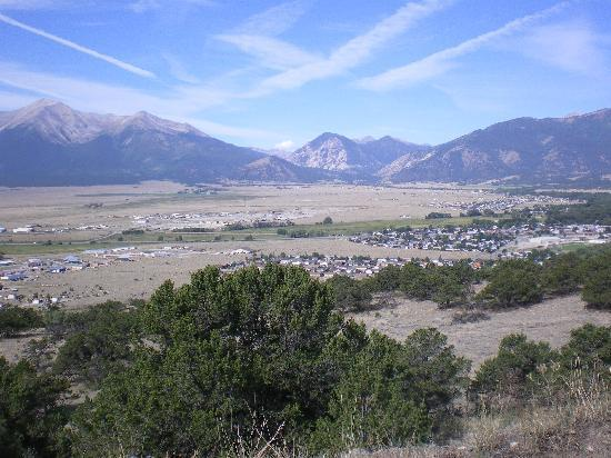 Best Western Vista Inn: Looking onto the town of Buena Vista from the trails