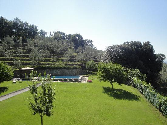 Relais Villa Belpoggio: Uitzicht vanaf de kamer op zwembad