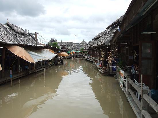 ตลาดน้ำสี่ภาค พัทยา: Market huts