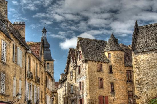 Sarlat-la-Canéda, Francia: beautiful buildings in town centre