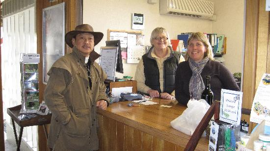 Manapouri Lakeview Motor Inn: Inga and Sally at the front desk